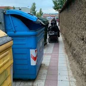Ciudadanos denuncia que Urbanismo se niega a reubicar contenedores que dificultan el paso accesible